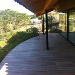Terrasse bois ipe et charpente tuiles canal brun